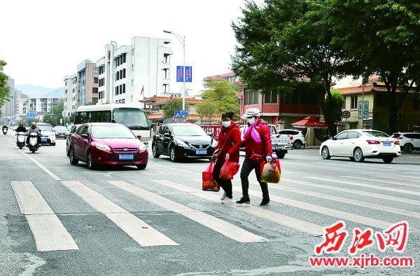 在高要城区府前大街斑马线前,车辆礼让行人。 西江日报记者 杨永新 摄