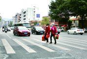 """多举措常态化管理,组织志愿者文明劝导,司机市民自觉参与 """"礼让斑马线""""温暖一座城"""