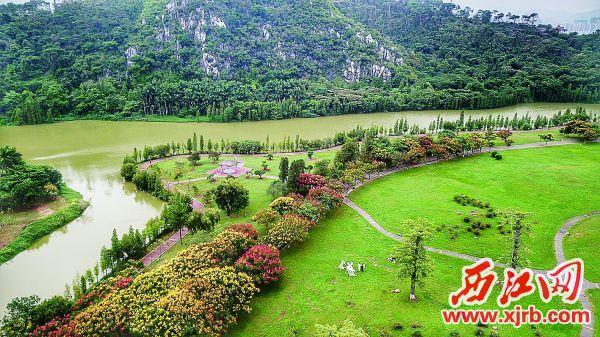 七星岩景区北门的五彩景色。 西江日报记者 杨永新 摄