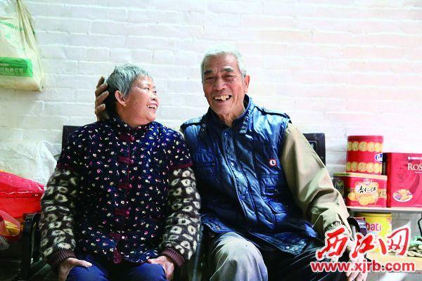 乐于助人的邓元玲夫妇。 西江日报记者 杨丽娟 摄