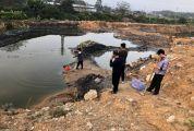相关工作人员对固体废物非法倾倒点废水进行采样监测