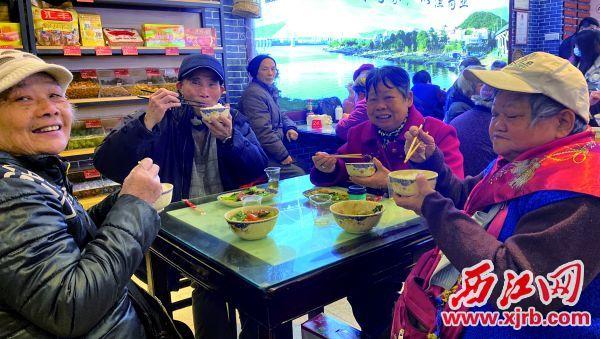 長者們在開心享用愛心餐。 西江日報記者 潘粵華 攝
