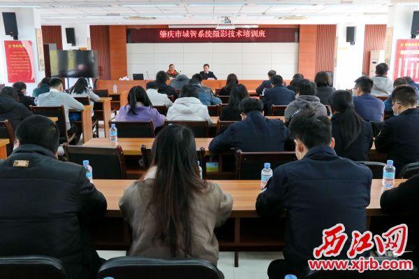市城管局举办全市城管系统摄影技术培训班。记者 周仪 摄