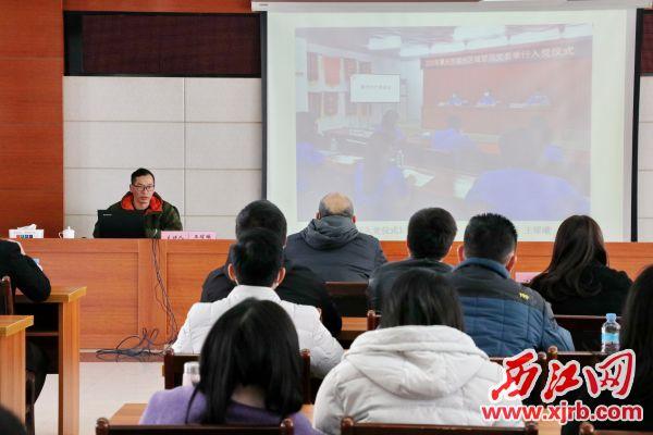 王耀曦老师通过案例分析指出在拍摄图片时需要特别注意的事项。记者 周仪 摄