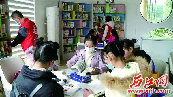 广宁县图书馆百盈社区分馆室内温馨舒适,为读者 创设了良好的读书、休闲环境。 广宁融媒供图