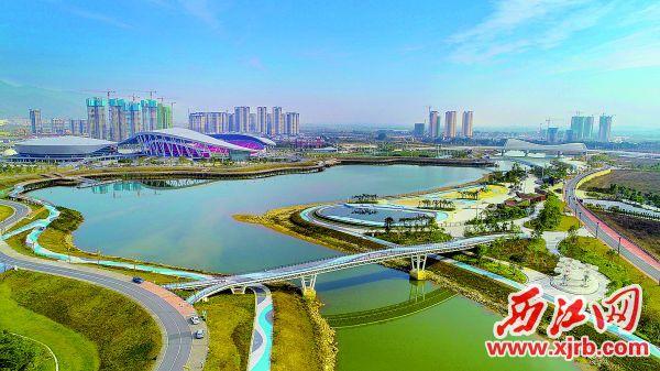 肇庆市首个拥有银色沙滩、露天泳池、水上娱乐、亲水栈道和滨水步道的长利湖沙滩公园。 西江日报记者 梁小明 摄