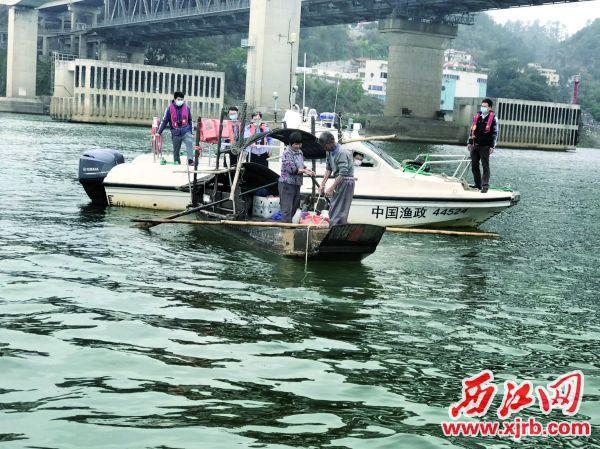 市农业农村局的工作人员对渔船进行检查 。 西江日报记者 王永强 摄