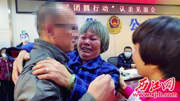 莫雪珍(中)、吴月结和吴少海相认,激动得泪流满面。 西江日报记者 潘粤华 摄