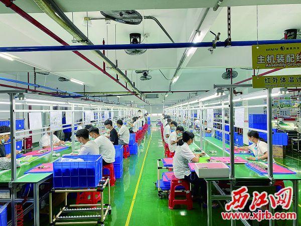 怀集工业园区产业加快集聚发展。图为健奥科技公司生产车间。西江日报记者 刘浩辉 摄