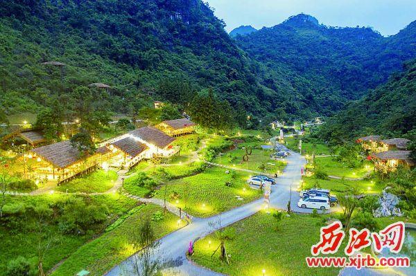 流光溢彩的寻源谷夜景。   西江日报记者 曹笑 摄