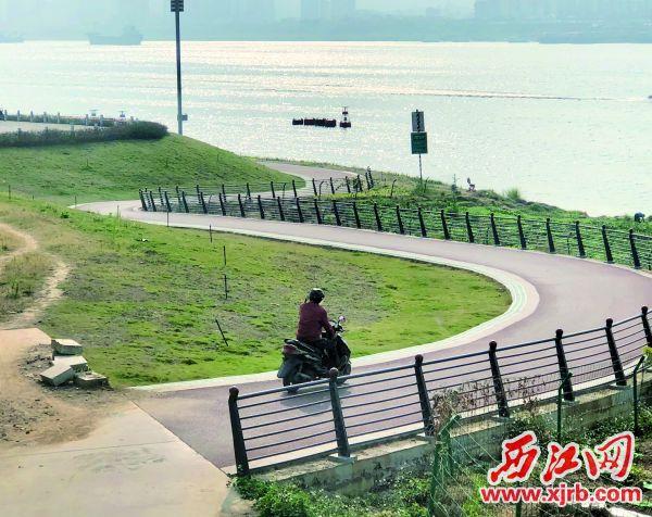 由于没有石墩阻拦,有人驾驶机动车进入。 西江日报记者 杨永新 摄