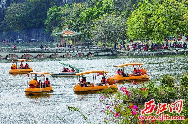 春节假期,市民游客在七星岩景区赏景游玩其乐融融。 西江日报记者 梁小明 摄