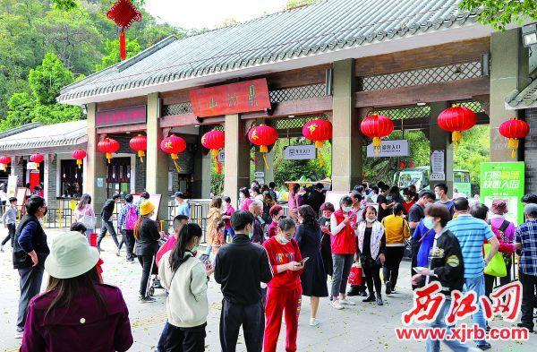 春节假期,鼎湖山景区游人如织。 西江日报记者 梁小明 摄