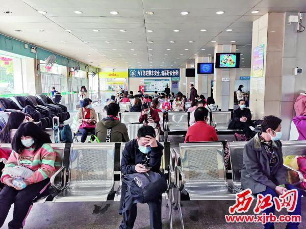 nba虎扑篮球:粤运城东汽车站乘客在候车。 西江日报记者 杨丽娟 摄