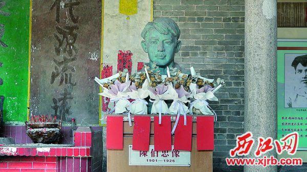 四会市党史方志办主任李信芳向记者讲述陈伯忠事迹。 西江日报记者 吴威豪 摄