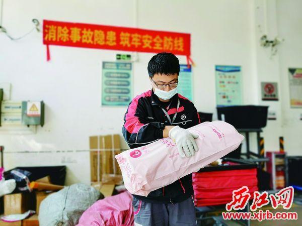 顺丰快递员郭浩延在分拣包裹。 西江日报记者 杨丽娟 摄