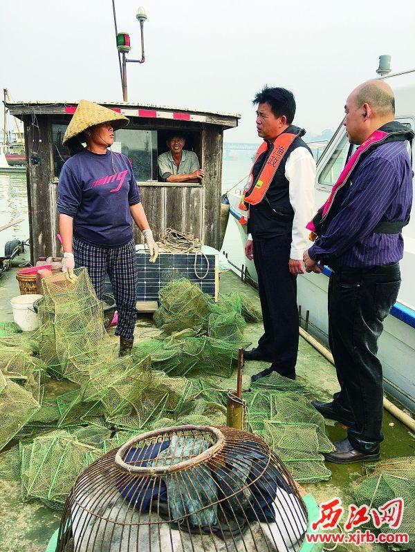 市农业农村局的工作人员在 检查渔民执行禁渔制度的情况。 西江日报记者 王永强 摄