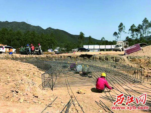 肇明高速公路施工现场一派繁忙。 西江日报通讯员供图