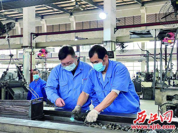 卢啟棠十分注重生产上的每个细节,正在指导员工生产。 西江日报记者 刘浩辉 摄