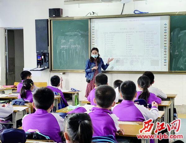 在市十六小的课堂上,怀集县冷坑镇中心小学教师李党连为学生讲解英语测试试题。 西江日报记者 潘粤华 摄