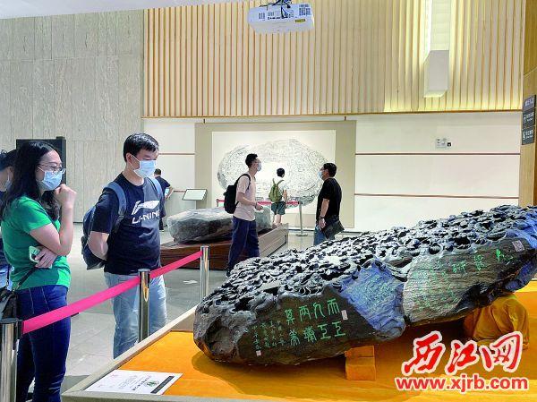 市民游客在中国端砚博物馆观赏端砚。 充值100送18记者 潘粤华 摄