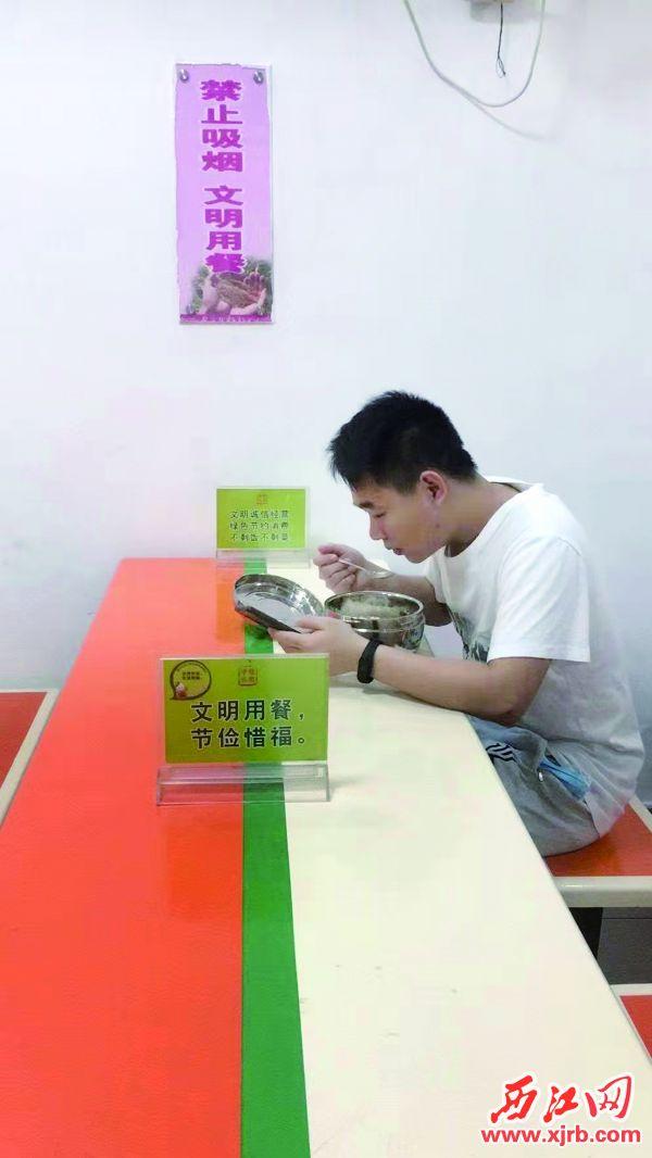 端州妇幼的食堂随处可见节约 标识。