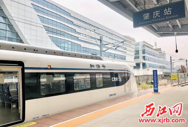 肇庆直达深圳机场的城轨列车。西江日报记者 甘婉怡 摄