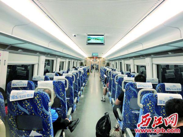 宽敞的列车。 西江日报记者 甘婉怡 摄