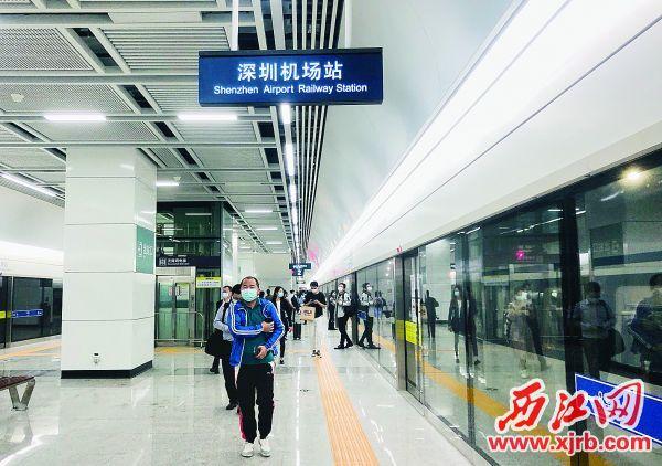 乘客到达深圳机场站。 西江日报记者 甘婉怡 摄