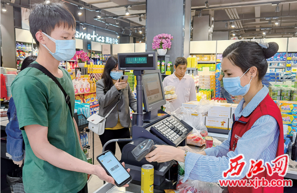 肇庆高新区总工会与区内多家大型超市合作,向职工提供低于超市会员价格的购物优惠。 通讯员供图