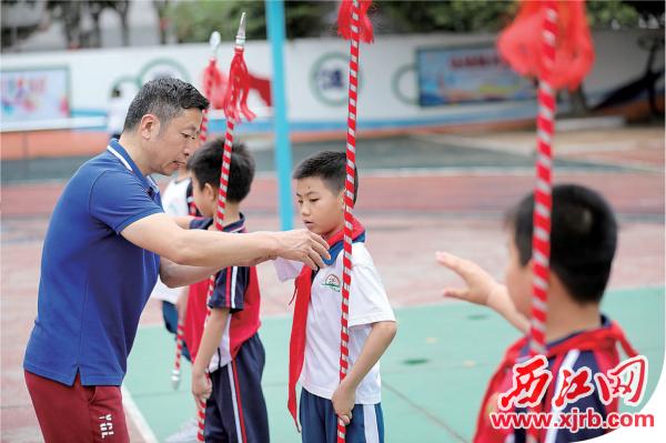 老师认真指导学生们基本动作。