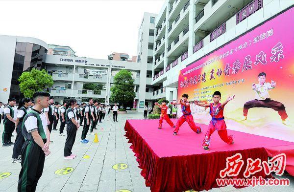 市体育运动学校的学生在现场进行南拳表演。西江日报记者 梁小明   摄