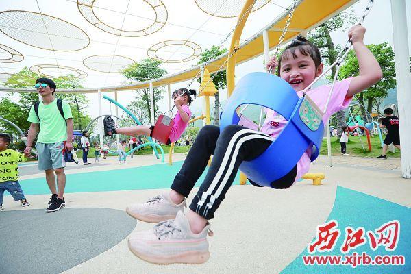 五一假期,市民游客在市儿童公园享受快乐时光。 西江日报记者 刘春林 摄