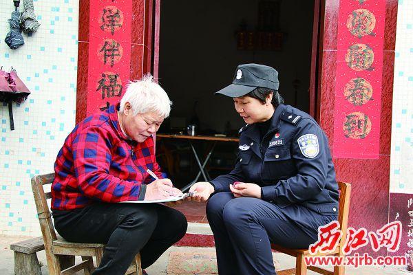 吴海英在社区和群众交谈。 受访者供图