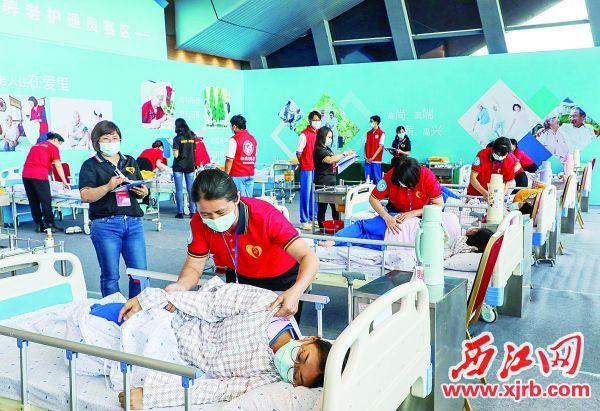 选手们在养老护理员赛区比赛。 西江日报记者 曹笑 摄
