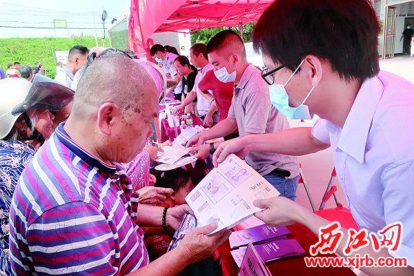 中国人民银行威尼斯人网站市中心支行工作人员向村民普及反假货币知识。 西江日报记者 严炯明 摄