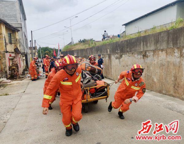演练中,救援人员携带装备徒步5公里。 通讯员供图