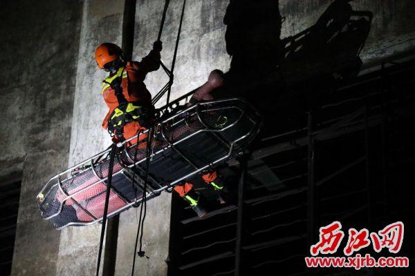 演练中,救援人员模拟车辆交通坠崖救援。 通讯员供图