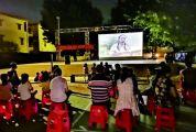 红色电影进小区社区居民一起看电影学党史