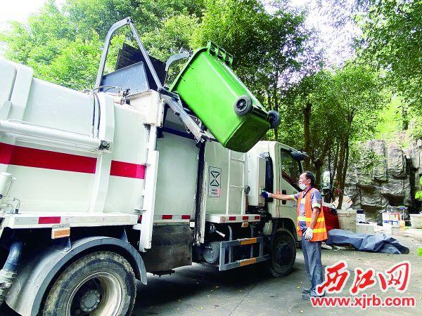 梁焕雄按下按钮,厨余垃圾桶就自动上升倾倒垃圾,全程无撒漏。西江日报记者 赖小琴 摄