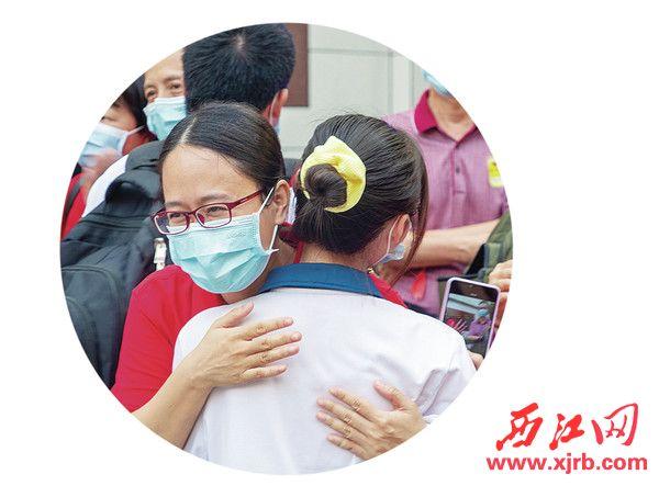 在端州中学考点,最后一科考试结束后,等候的老师和学生拥抱。西江日报记者 曹笑 摄