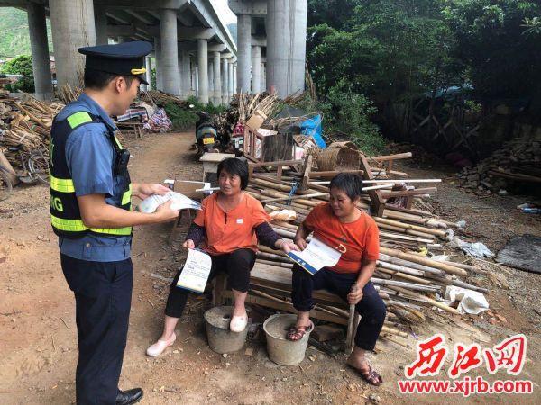 路政人员对广佛肇高速沿线村民发放法律法规等路政宣传材料,对其进行宣传引导。 通讯员供图