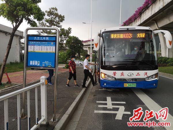 市民群众在大冲公交站登上公共汽车。 记者 岑永龙 摄