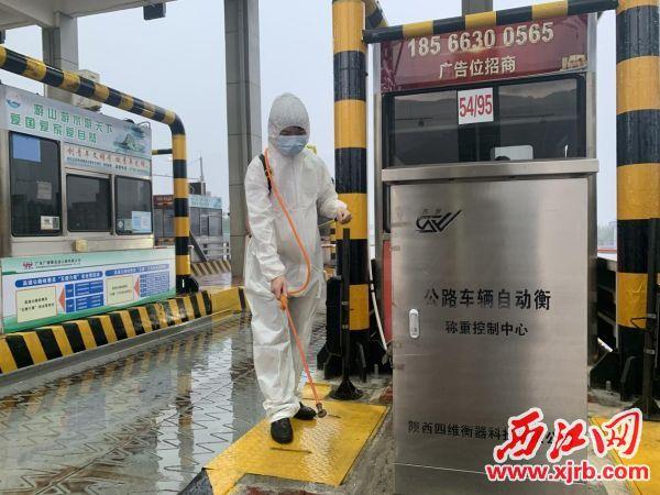 广佛肇高速对公共环境卫生、设备等进行全面消毒消杀。 通讯员供图