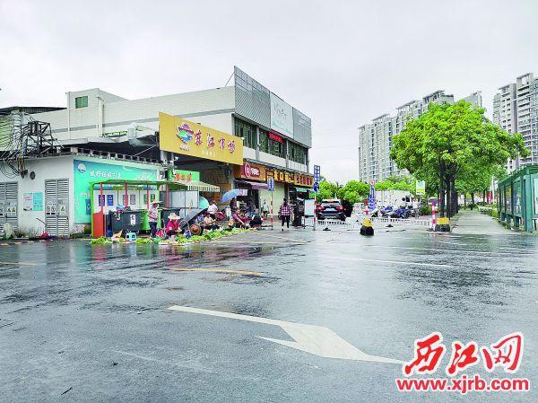 东江集市市场外菜贩占道经营。西江日报记者戴福钿摄