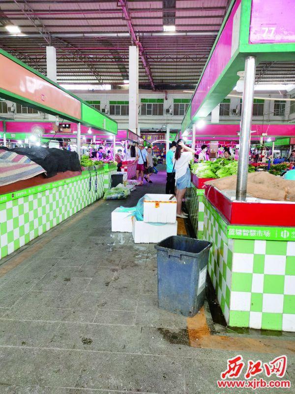 蓝塘市场菜档前垃圾被乱丢弃。西江日报记者戴福钿摄