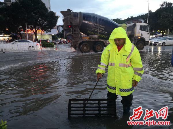 市渠网管理中心人员疏通积水。 记者 岑永龙 摄
