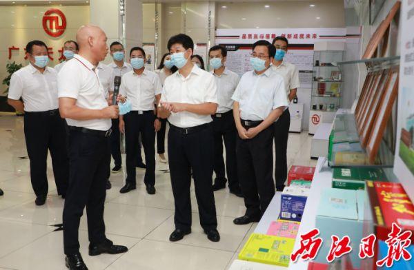 吕玉印一行到广东天龙科技集团股份有限公司调研。 西江日报记者 刘春林 摄