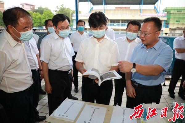 吕玉印一行到高要区金利镇调研检查疫情防控安全生产和防汛工作。 西江日报记者 刘春林 摄