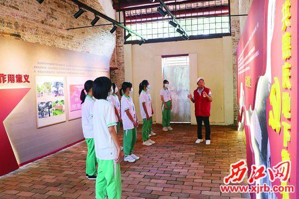 退休教师徐旭礼在指挥部旧址展馆向学生讲述革命故事。 西江日报通讯员 摄